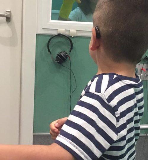 Ajustando los audífonos